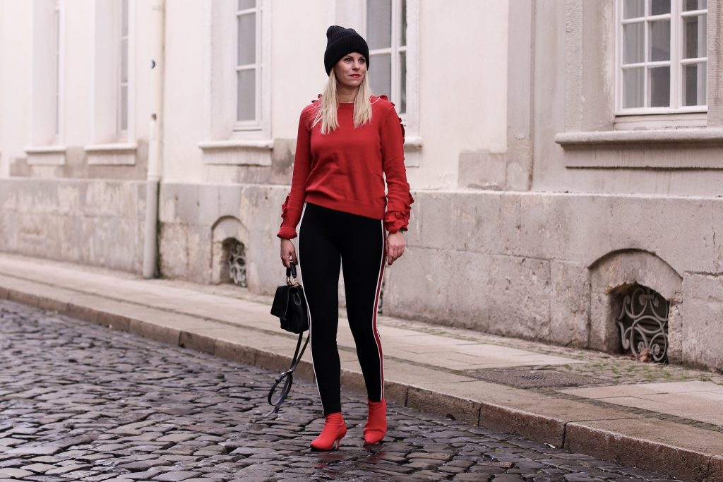 Edited Pullover mit Rüschen rot, Zara Leggins, Sockboots Zara rot