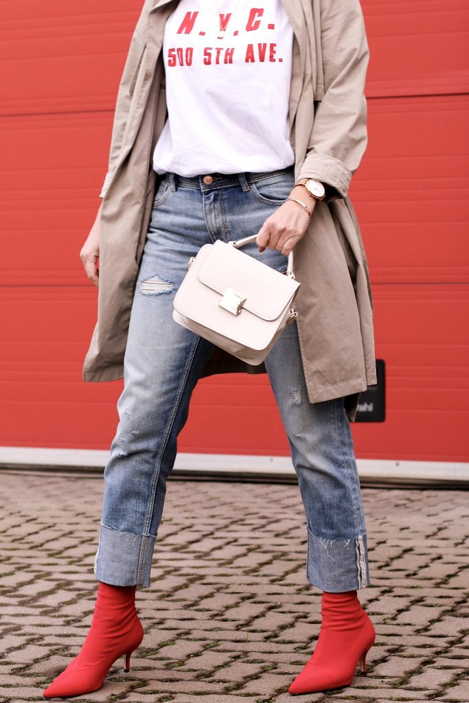 Sock Boots, Trenchcoat, Outfit, Momjeans, Shirt rot weiß