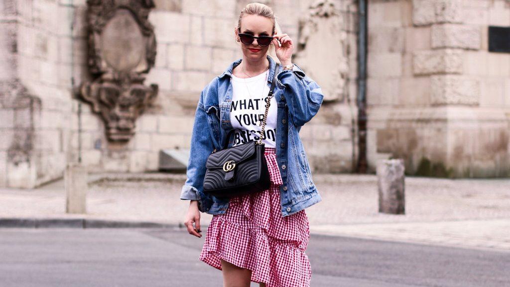 e6b2b05316 Karierter Volant Rock mit Statement Shirt und Sneaker - Fashionblog ...